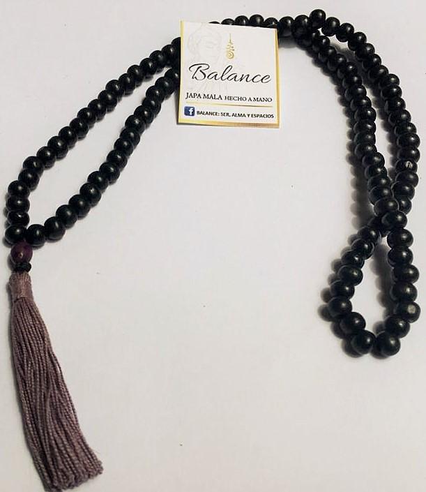 japa mala tradicional, 108 cuentas color negro, cuenta gurú semilla llamada cerebrito (asaí) y borla color lila